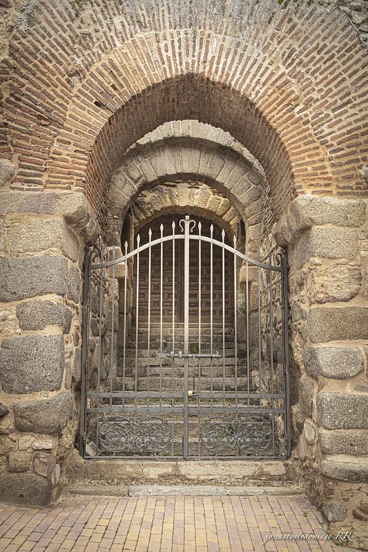 La puerta Califal (Maqueda). Construida entre los siglos X y XII, era la entrada a la antigua fortaleza amurallada.  En la actualidad forma parte de la Iglesia del pueblo y solamente se abre en ciertas ocasiones.