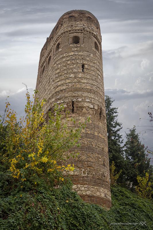 Torre de la Vela (Maqueda). Del siglo XII. Resto de una antigua fortaleza. De planta curvilínea, está realizada  en mampostería y ladrillo.