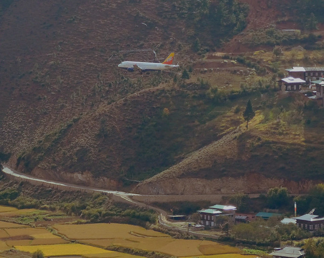 Avión aterrizando en Paro (Bután)