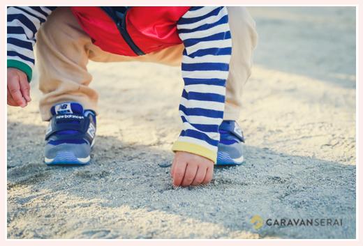 公園で石を拾う1歳の男の子 手元
