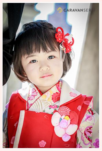 七五三 3歳の女の子 白い着物に赤い被布