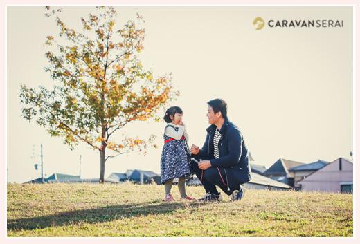 公園で パパと女の子 自然な家族の写真