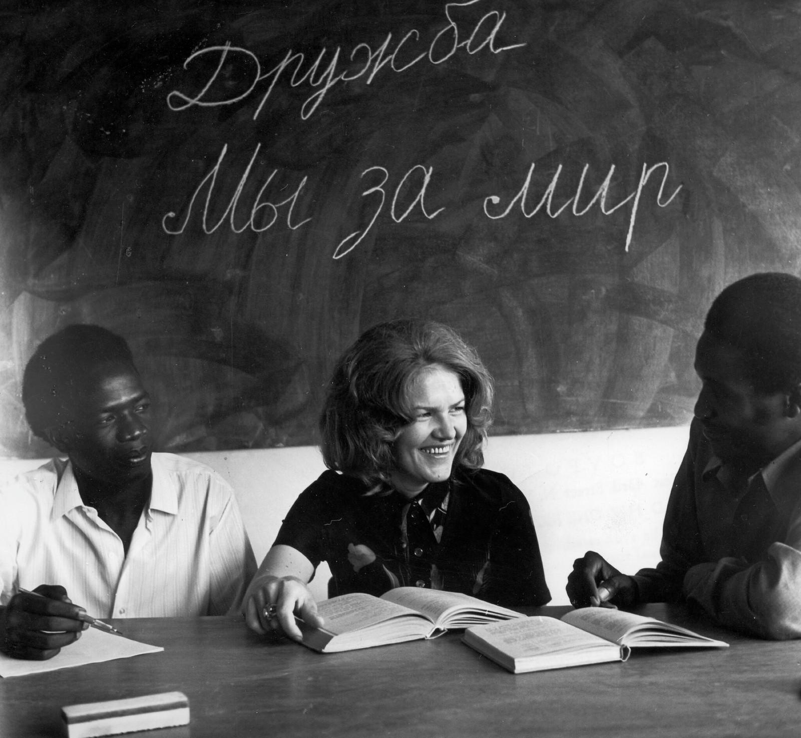 1977. «Дружба, мы за мир» - написано на доске во время урока русского языка, проводимого советской учительницей Ингой Мальцевой в Уганде. Декабрь