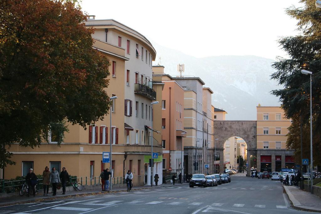 Bolzano - Bozen: Siegesplatz in der während der Zeit des italienischen Faschismus erbauten Città nuova