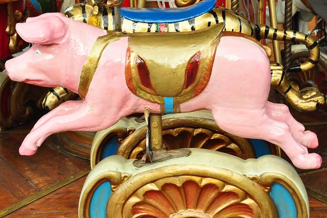 10.12.2019 ... Mannheims dritter und kleinster Weihnachtsmarkt (Märchenwald) am Paradeplatz ... rosafarbenes Schweinchen ... Foto: Brigitte Stolle