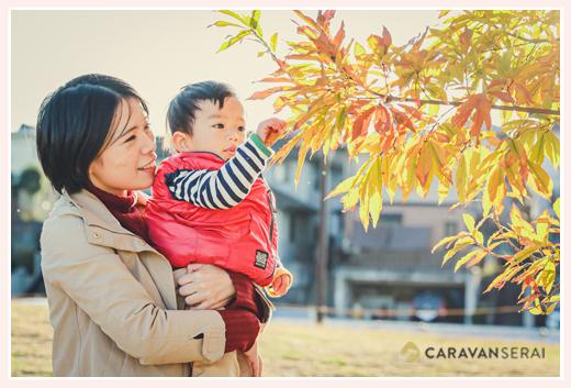 ファミリーフォト 秋の公園 紅葉 ママと男の子