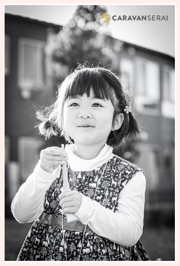 3歳の女の子 公園で モノクロ写真