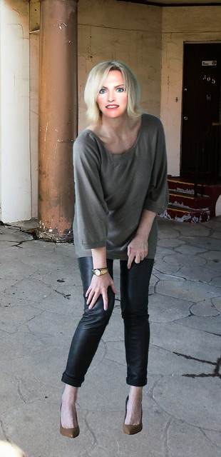 Loose cumfy tunic with faux leather leggings