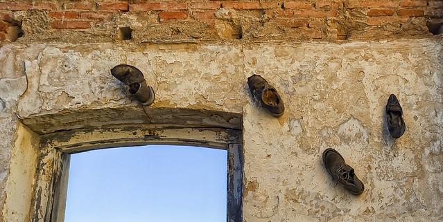 Zapatos en las paredes ?
