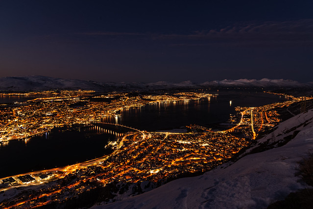 En el norte de Noruega, dentro del circulo polar artico, está la ciudad de Tromsø, rodeada de montañas y fiordos es destino ideal para ver la aurora boreal. Increible lugar!