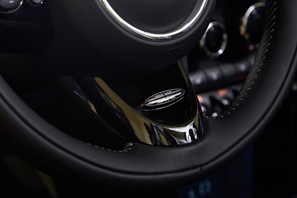 【新聞圖片四】MINI Yours跑車式真皮方向盤