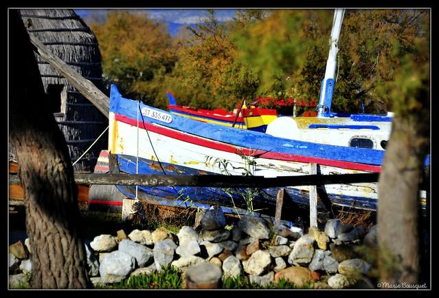 Barque en cale sèche près de la maison des pêcheurs en chaume