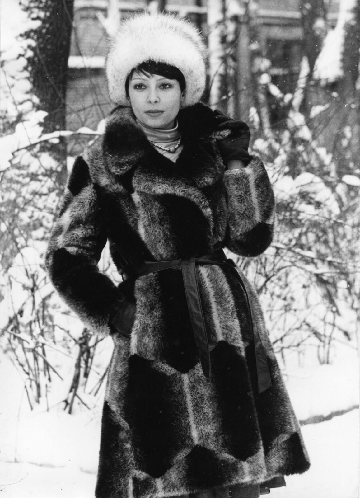 1977. Модель в зимнем пальто из искусственного меха от предприятия «Вымпел», Москва