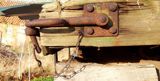 Verschluss an einem alten Holzwagen