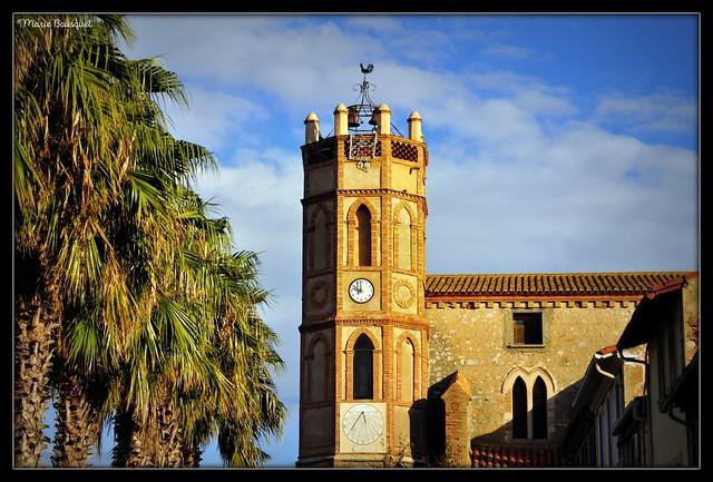 Église de Saint-Hippolyte avec horloge et cadran solaire