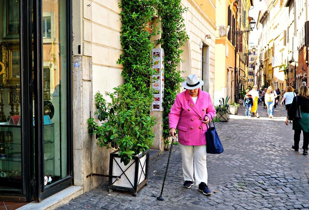 Pinkkitakkinen nainen Via dei Coronarilla