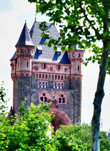 In Worms am Rhein. Das frühere Stadttor auf der Brücke über dem Rhein.