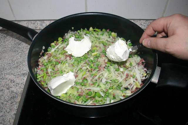 14 - Schmand in Pfanne geben/ Add sour cream to pan