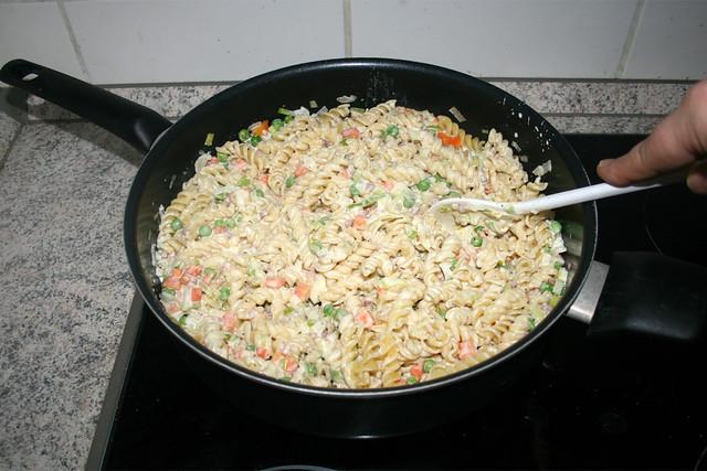 22 - Nudeln mit Sauce vermischen / Mix pasta with sauce