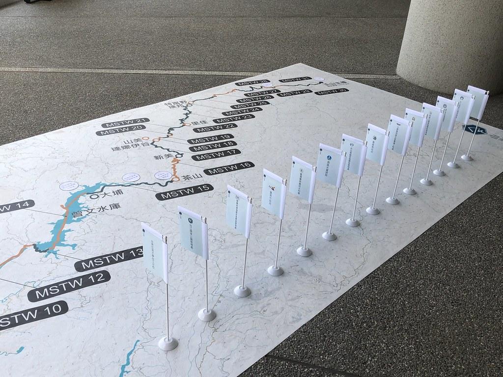 成果發表會上,聚集沿線各推動單位代表,模擬由海到山的溯源路程,接棒插旗,共同宣示推動全線177公里的路線串連工作。攝影:廖靜蕙
