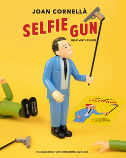 大好評再推出異色版!Joan Cornellà x AllRightsReserved 「SELFIE GUN」全新藍色版 10吋搪膠人偶 全球限量1000枚【DING DONG 宅配便獨家發售】