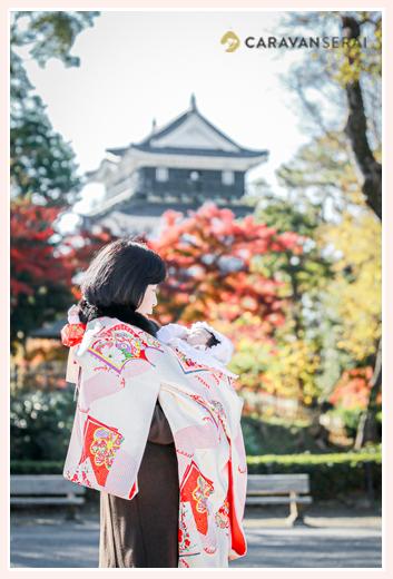 岡崎城公園でお宮参りのロケーション撮影 赤ちゃんを抱っこするおばあちゃま