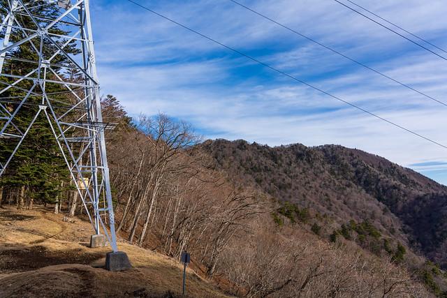 送電鉄塔の右に清八山と本社ヶ丸