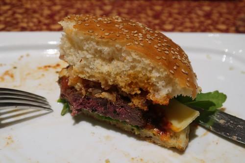 Italienischer Burger (angeschnitten)