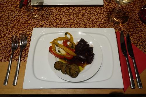 Marinierte Paprika, gebratene Zucchini und Rotweinschalotten als Antipasti