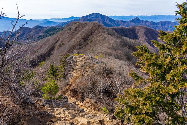 痩せた岩稜を下り清八山へ戻る