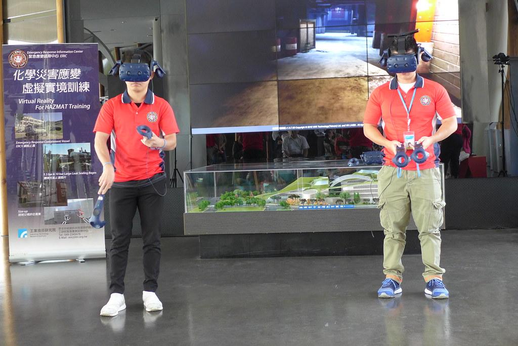 毒化局以VR設備模擬災害現場狀況,訓練人員應變能力。孫文臨攝