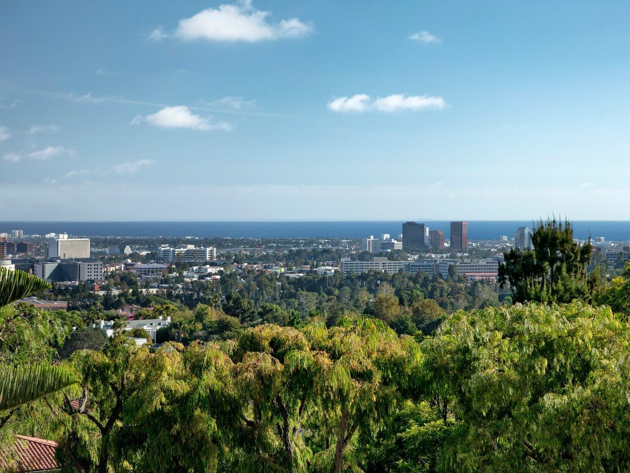 Dinh thự Chartwell có hướng nhìn về trung tâm Los Angeles và Thái Bình Dương.
