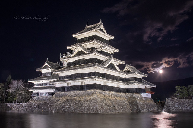 満月と松本城 Matsumoto Castle and the full moon