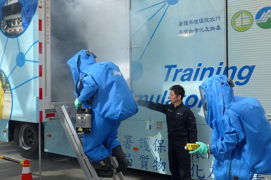 毒化災應變人員示範仿真訓練。孫文臨攝