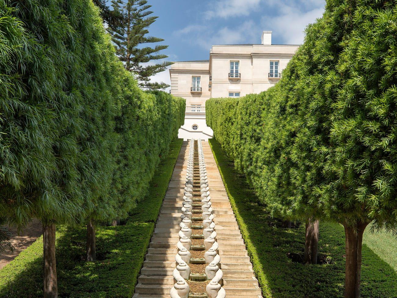 Lối đi trong khuôn viên của dinh thự.