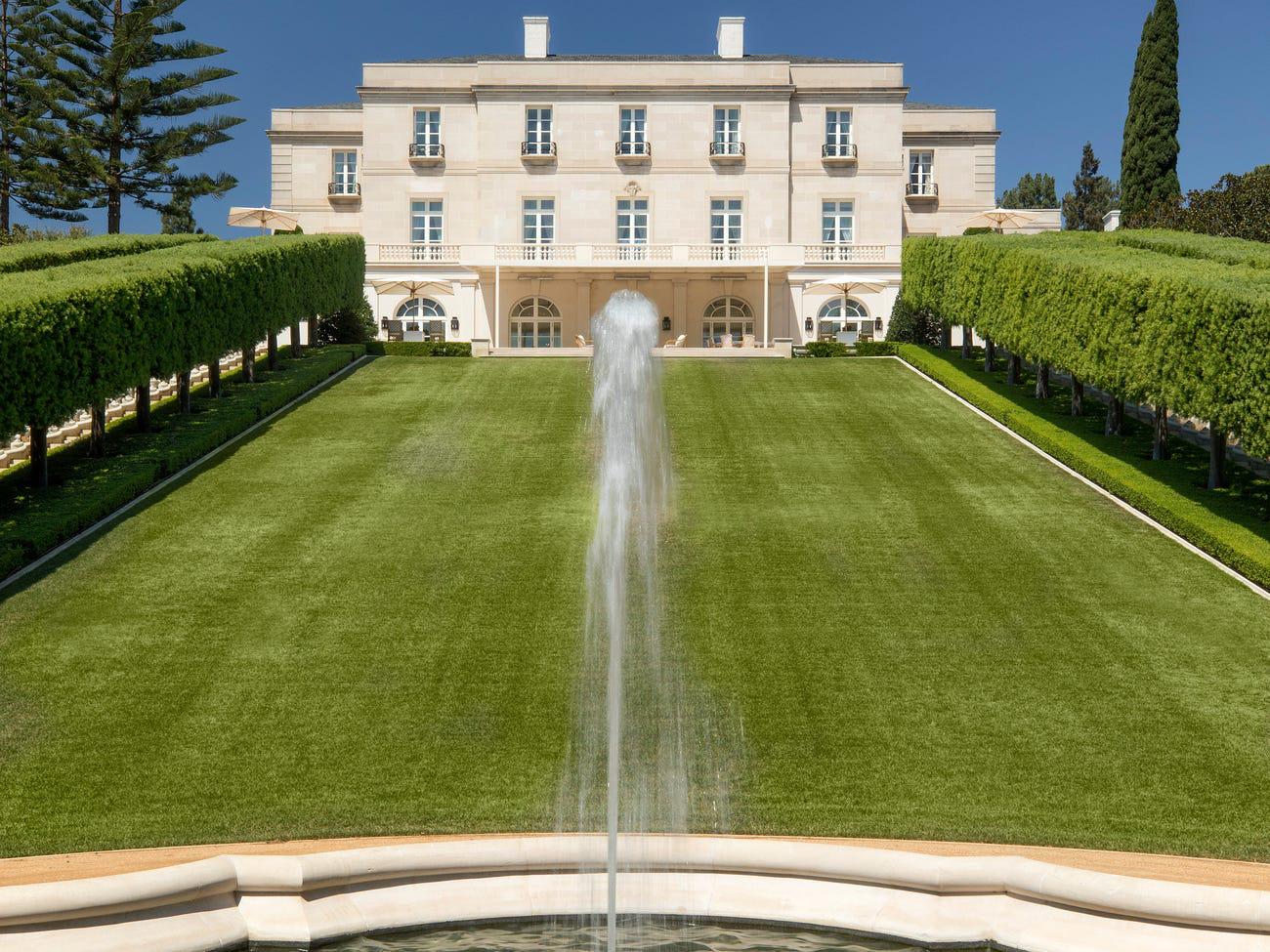 Perenchio đã thuê nhà thiết kế người Pháp Henri Samuel cải tạo phần lớn dinh thự này theo phong cách tân cổ điển thế kỷ 18 của Pháp.