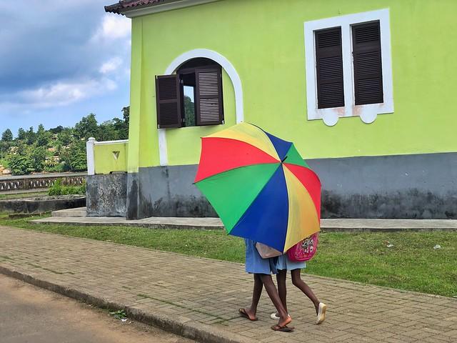 Niños paseando por una calle de Santo Antonio (Santo Tomé y Príncipe)