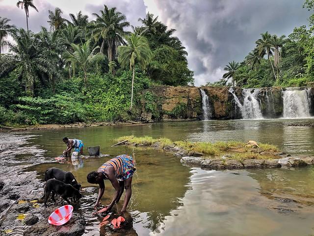 Limpiando pescado en Ribeira Peixe (Santo Tomé y Príncipe)