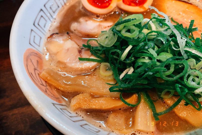 大阪吹田市諭吉魚介風味のしょうゆらーめんこってり鶏チャーシュー メンマ 九条ねぎ