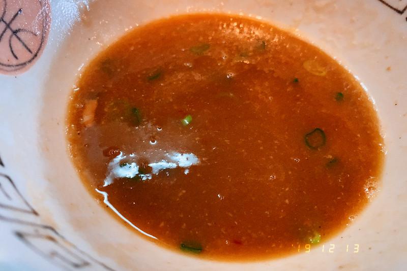 大阪吹田市諭吉魚介風味のしょうゆらーめんこってりのスープ