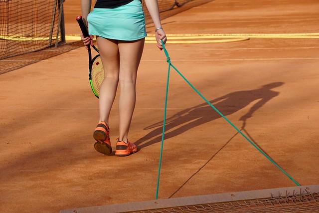 Speelster veegt de tennisbaan