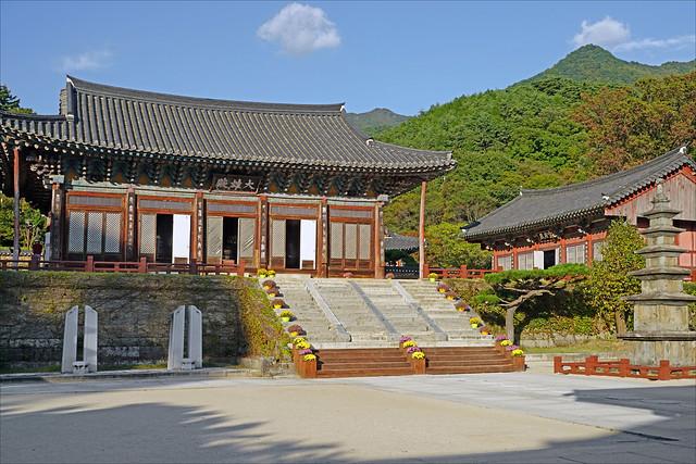 Le pavillon principal du temple Hwaeomsa (Corée du sud)