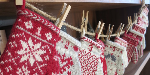 Mitten Garland Advent Calendar by Kathy Lewinski is a paid pattern on Ravelry that is also free on her website