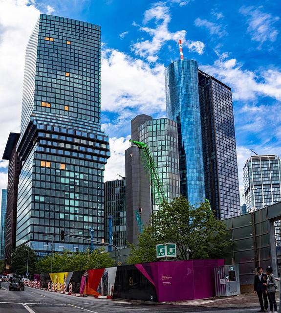 Die Baustelle Hochhausquartier FOUR Frankfurt mit dem Omniturm, dem Garden Tower, dem Main Tower und dem Eurotheum