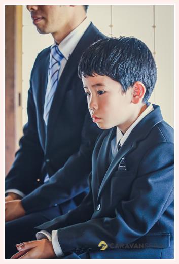 黒のフォーマルスーツを着た9歳の男の子 ネクタイ