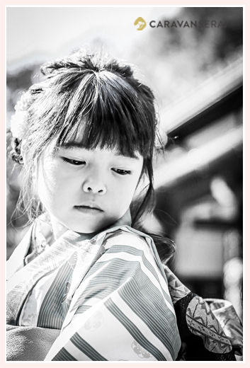 七五三のロケーション撮影 大人びた表情の7歳の女の子 モノクロ写真