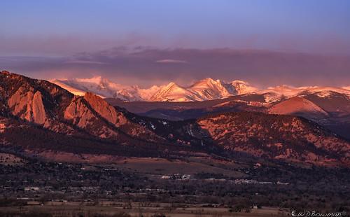 frontrange flatirons southernrockymountains arapahopeaks bouldercolorado sunrise windy blowingsnow