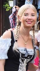 """Beim Oktoberfest in Gustavsburg - Restaurant """"Zum Heurigen"""" im Sommer 2019. Die Kellnerinnen tragen hübsche Dirndl."""