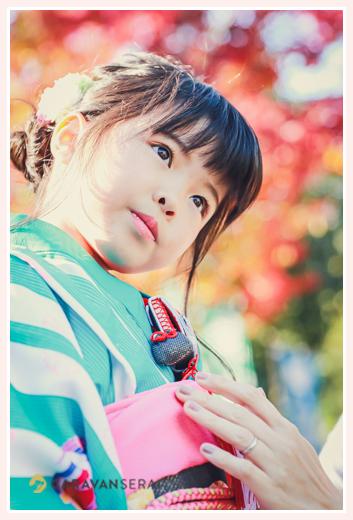 七五三 7歳の女の子 紅葉をバックに 顔のアップ写真