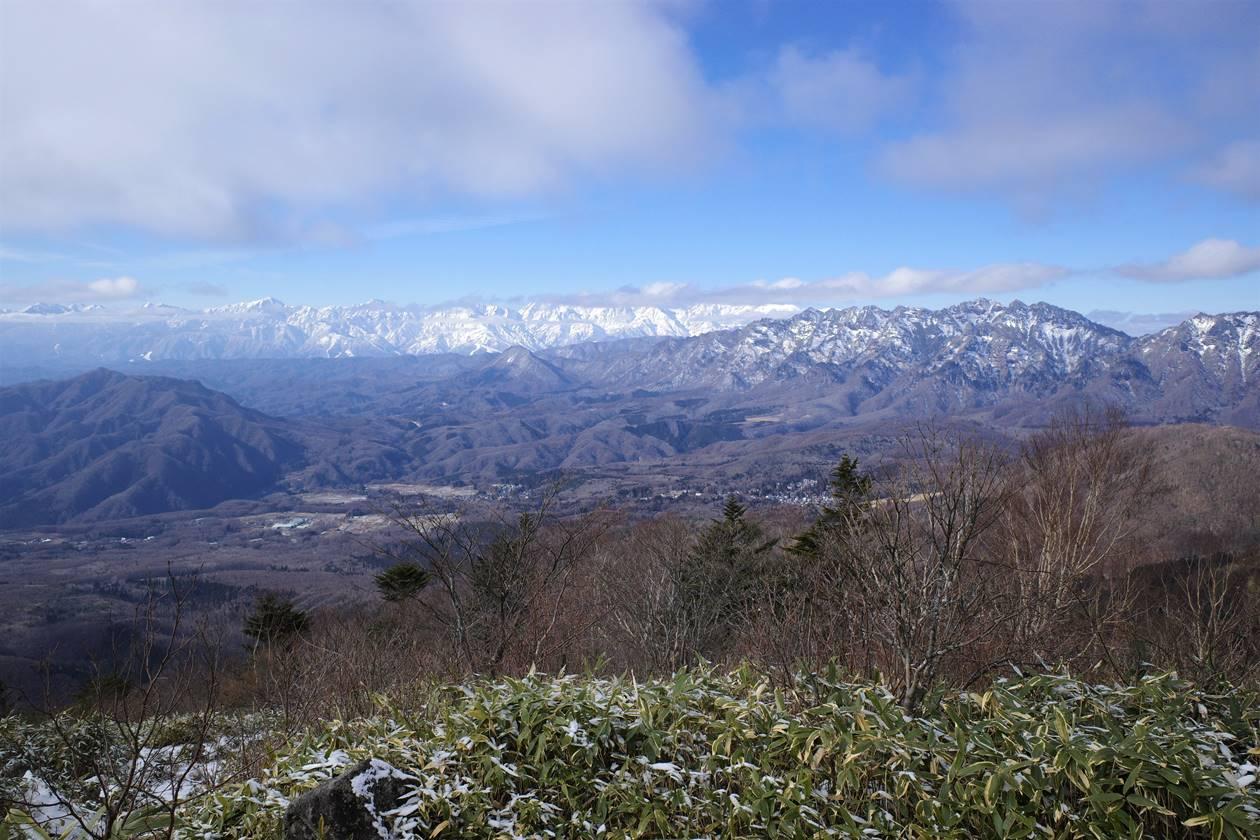 西登山道から眺める北アルプスと戸隠山